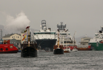 Fjordabåtar og andre båtar kjem samla inn til Torget. Her frå åpninga av Mathallen og det nye Fisketorget