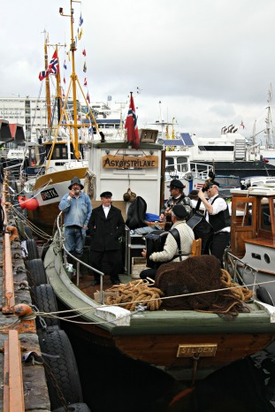 Askøystrilane gjorde seg bemerka på Torget, både med fin båt, fine antrekk og fin musikk
