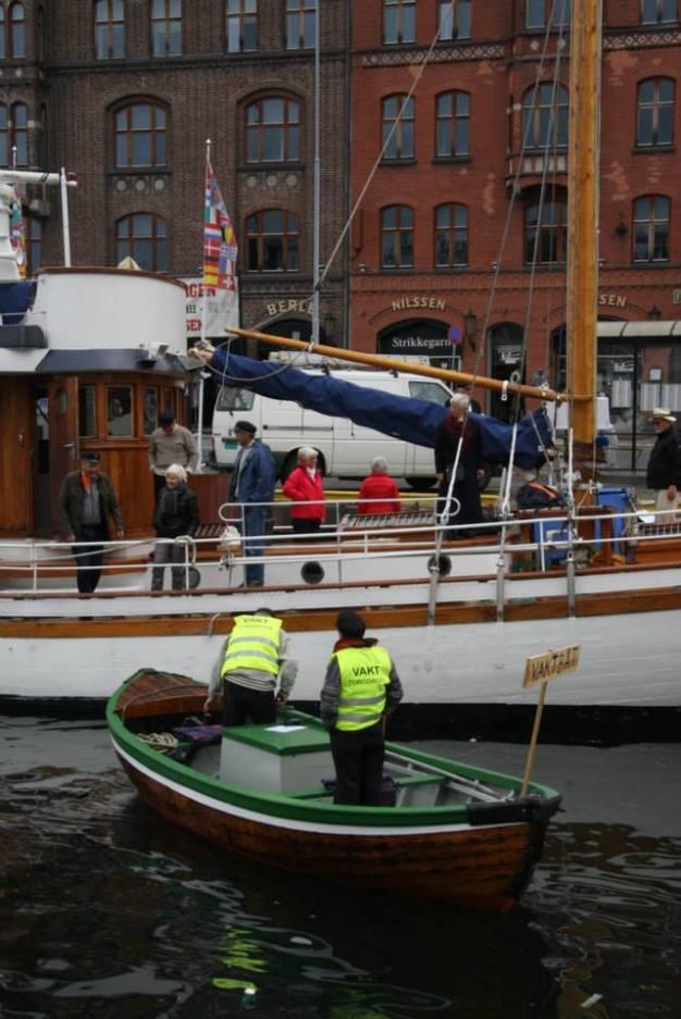 Torgdagen i Bergen har vaktar i båt i hamna og på kai