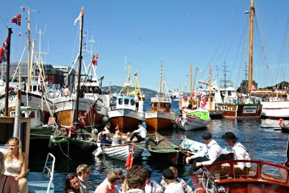 Båter av alle storleikar, og typer, frå dei minste færingane via skøyter til Fjordabåter i rute