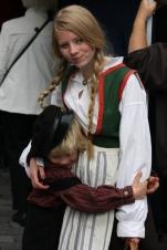 Bror og søster i klede frå gamledagar