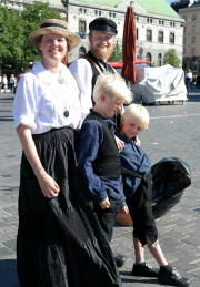 Byfrue og gesell med barn
