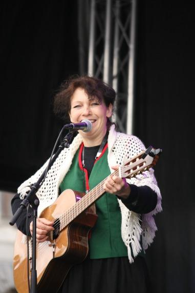 Linda Fosse syn og gamle dampen og har treskorna på. Ho skal også synge på Torgdagen i år
