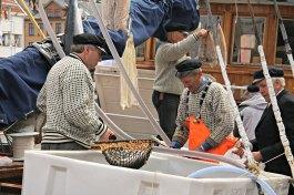 Austevollingane skal jobbe med å selje fisk, og islendarar og oljehyre passar godt til dette - kasjetthua er obligatorisk