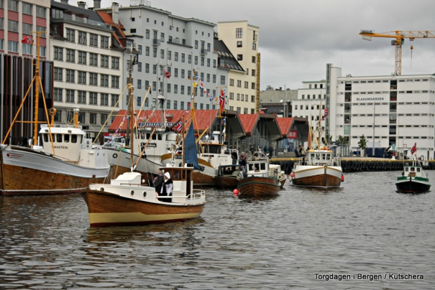 Båtane kjem til bydnpå morgonen og finn sin tildelte plass