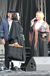 Vinneren Turid Daae Soltveit fekk heider og premie for beste klededrakt