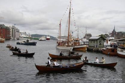 Flott med mange robåtar som kom roande inn vågen