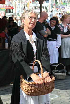 Anne Grethe Aase Eide i styret koser seg og føl med på det som skjer på scena