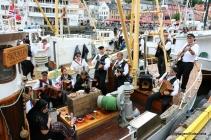 Askøybæljen skaper stemning frå dekk på båten