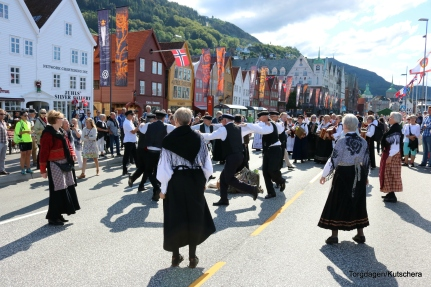 Dansestopp på verdsarvstaden Bryggen i Bergen