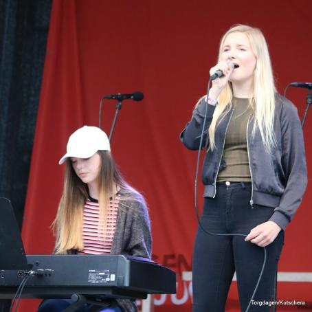 Elisabeth Njøten Blom og Hanne Vik frå Øygarden song og spelte. Dei har vore med på Ungdommens kulturmønstring sin fylkesmønstring