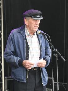 frå 2013 Nils Harald i kjent positur med mikrofonen for å dele ut premie