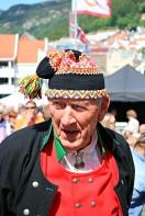 Nils Harald Lie kosar seg ved scena. Han står for kontinuiteten og er tradisjonsbæraren i styret. Ein bauta!