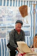 Inge Åsebø frå Holsnøy lagar kiper og sel på Torgdagen. Han var også kandidat til beste klede. Flotte kiper og godt humør
