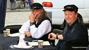 Bjørn Jensen og Tor Endresen skriv autografar og Endresen ser på klokka... Litt kort tid til lydprøver gjer at dei kjem litt for seint på scena