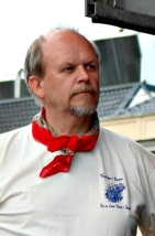 Ludvig går i eit klenodie av ein Torgdag t-skjorte frå farne tider. Han har hatt ansvar for bodene på Torgdagen saman med Trond