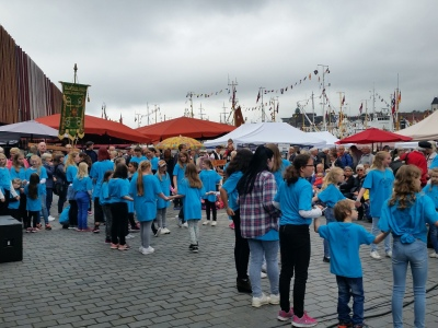 Kring 120 born og unge frå Ervingen dansa i pausen