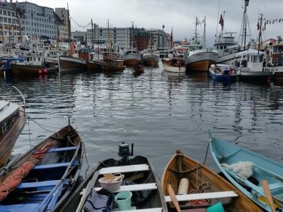 Her låg tradisjonsbåtane på rekkje og rad, robåtane og dei minste inst, dei større lenger ute, og ytst langs piren og bryggesida Fjordabåtane