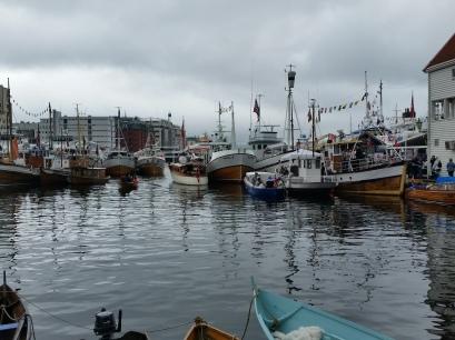 Vågen full av flotte, gamle båtar