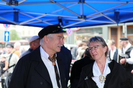 Styreleiar Svein Tore Solsvik og styremedlem Anne Grete Aase Eide i teltet ved scenen