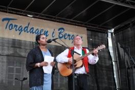 Fred Ove Reksten speler, og nyter Anna Land sin song