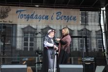 Ei fint, spontant og imprivisert innslag med styremedlem og konferansier Sigrid Marthe Kleppevik som får ein av Kanuttene, Ågot Margrethe Lilleheil, som har vore fast gjest på Torgdagen siden starten i 1977, til å fortelje ei skrøne til fornøying for publikum og oss alle